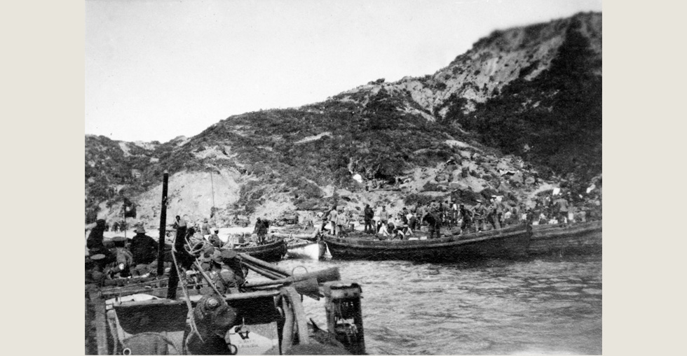 Members of the 5th Battery, 3rd Field Artillery Brigade go ashore, 25 April 1915