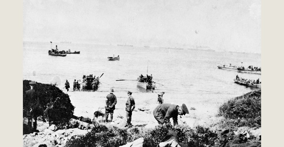 Boats carrying troops to shore, 25 April 1915.