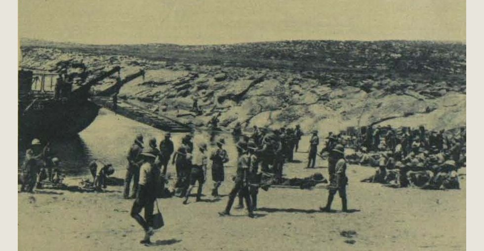 After landing at Suvla Bay: Strecher-bearers carrying wounded to the beach