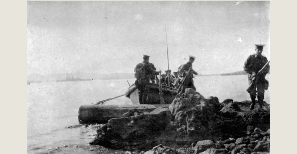 Soldiers landing at Gallipoli, 1915